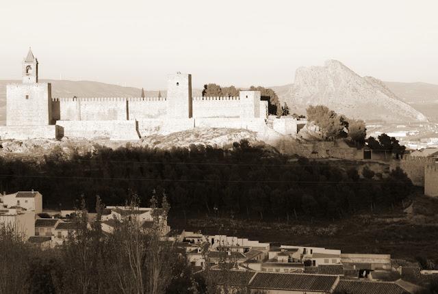 zamek i mury Antequery z kuriozalną skałą w formie ludzkiej głowy w tle