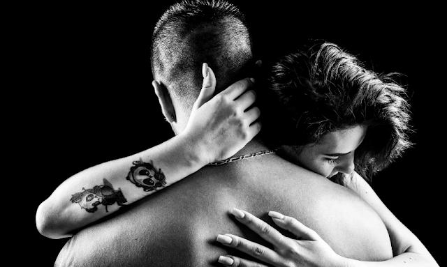 """Para Sheldon Cohen e sua equipe, o estudo sugere que ser abraçado por uma pessoa de confiança pode atuar como um meio eficaz de transmitir apoio e """"o aumento da frequência de abraços pode ser um meio eficaz de reduzir os efeitos nocivos do estresse"""".    """"De qualquer maneira, aqueles que ganham mais abraços estão, de alguma maneira, mais protegidos de infecções"""", diz."""
