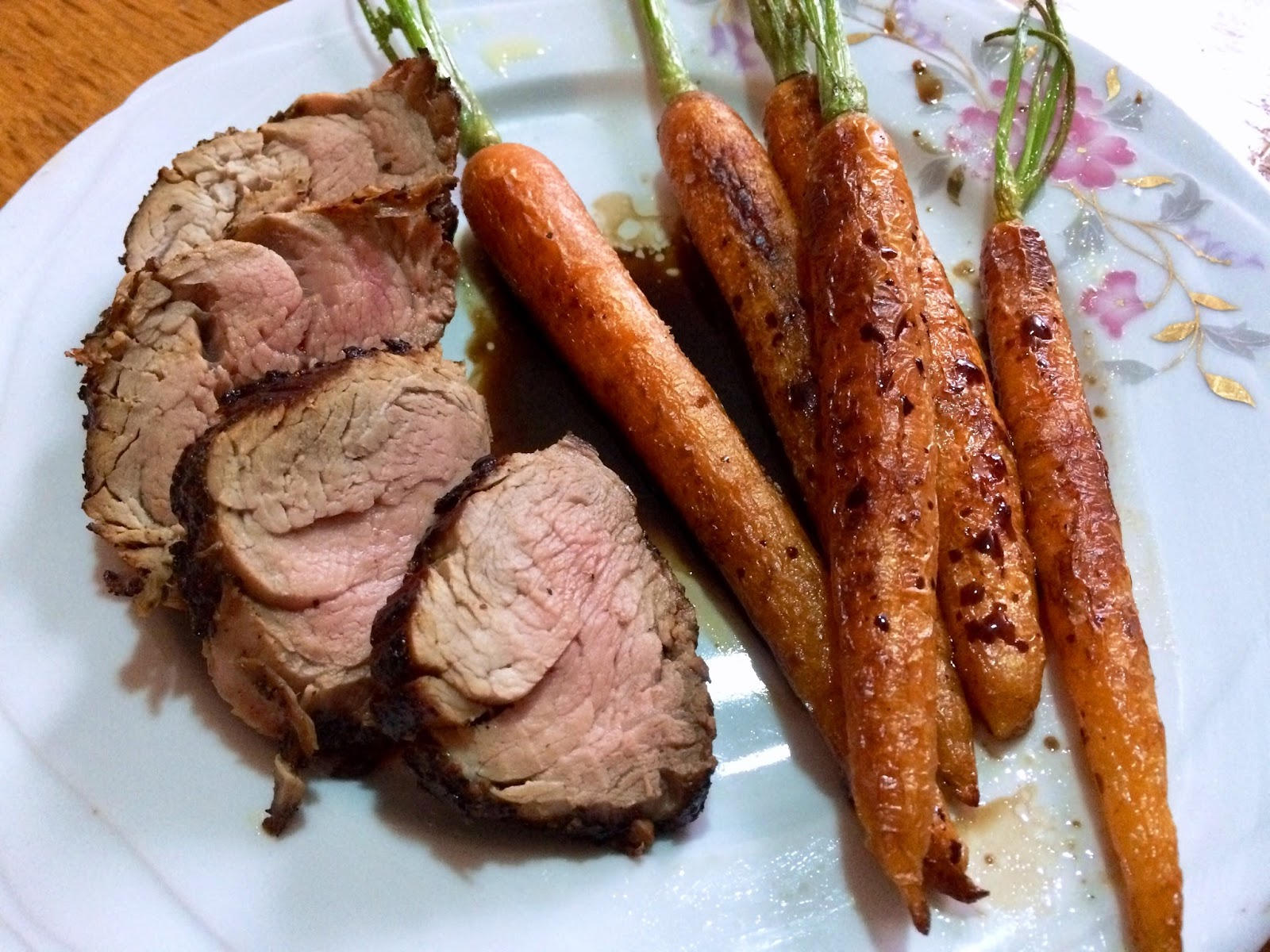 Mușchiuleț de porc în crustă de piper și garnitură de morcovi