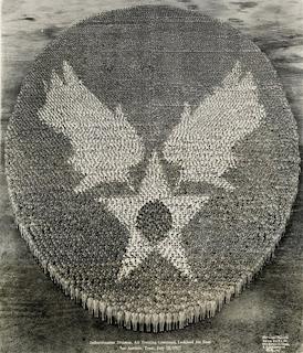 Photo de l'insigne de la base aérienne de Lackland formé par 21765 hommes prise par Eugene O. Goldbeck en 19471947