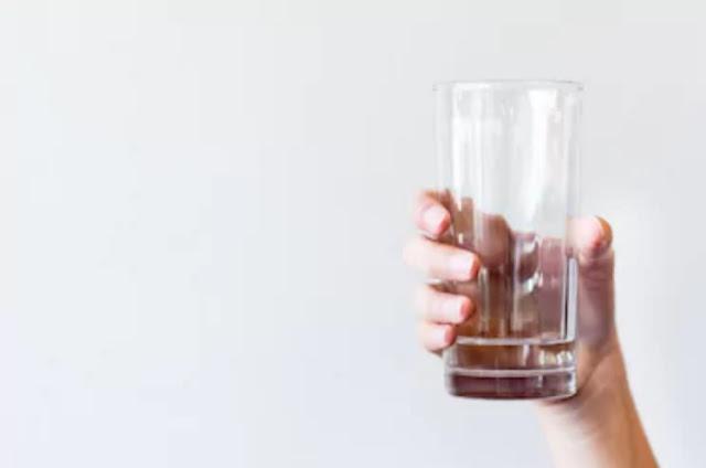 Cara hidup sehat dengan meminum air