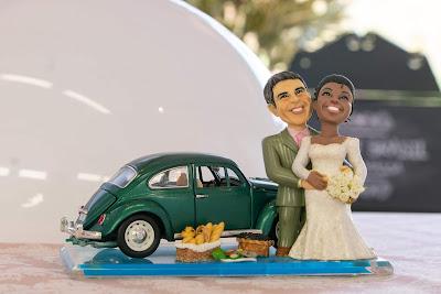 O jurado traz o topo que foi usado no bolo de seu casamento  (Crédito: Victor Silva/SBT)