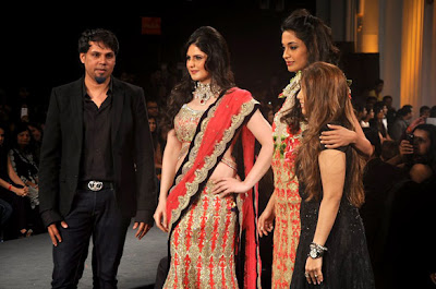 Sarah Jane Dias,Soha and Zarine Sizzling walks on the ramp
