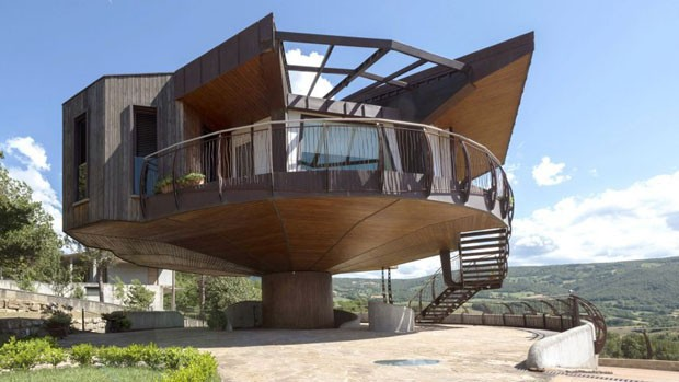 Prefab House in Italy Turns in Search of Sun: Most Beautiful Houses