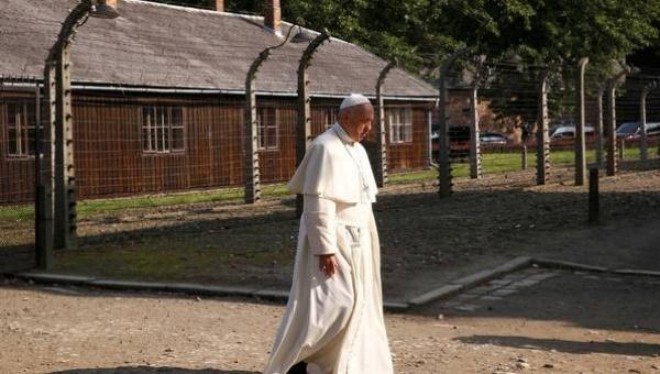 Papa recorre campos de concentración de Auschwitz y Birkenau