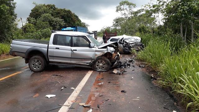 Colisão entre dois veículos deixa duas pessoas mortas na BR 364
