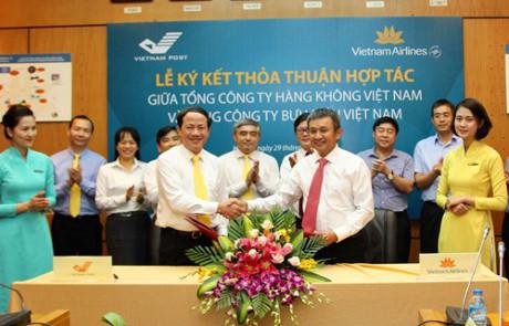 Vietnam Airlines hợp tác với Bưu điện Việt Nam mở rộng mô hình đại lý bán vé máy bay
