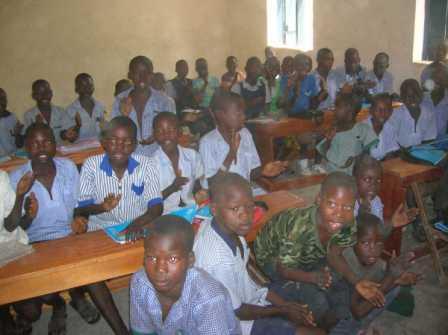L'aula grande è in completamento per cui gli studenti sono appiccicati gli uni agli altri.