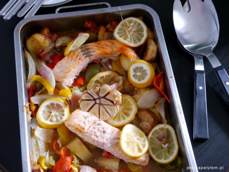 Cytrynowy łosoś na warzywach