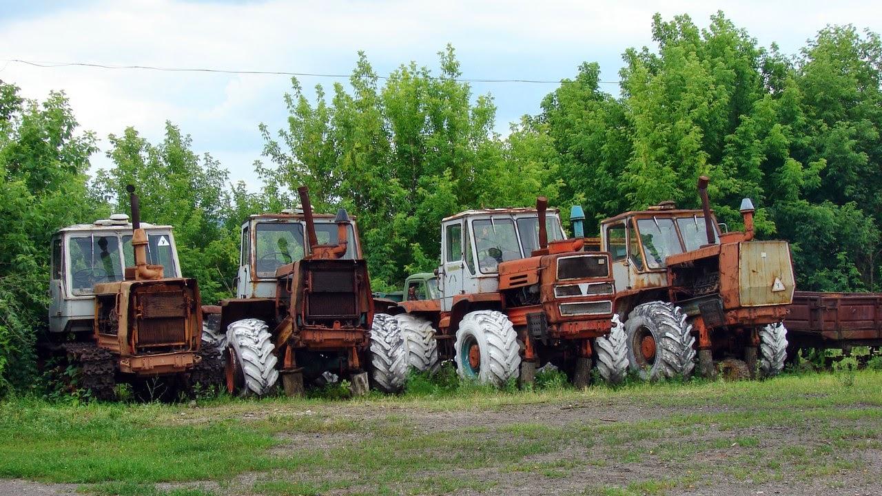 Трактора возле усадьбы