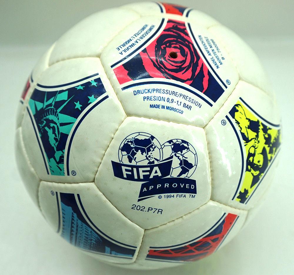 96d118d213bc9 Recordemos que el Tricolore (balón oficial del Mundial de Francia 98) fue  el primer balón que Adidas diseñó en color para un Mundial de fútbol  masculino.