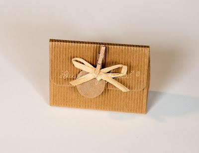 Caja de cartón kraft con personalización de etiqueta