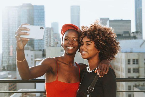 Mulheres tiram selfie usando celular com chip internacional Brasil