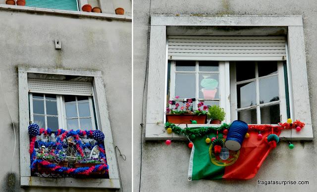 Janelas enfeitadas para a Festa de Santo Antônio em Lisboa