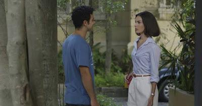 Larissa (Marina Moschen) e Diego (Sérgio Malheiros) ficam frente a frente, em 'Verão 90' — Foto: TV Globo