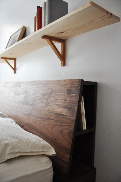 Headboard seperti ini adalah solusi pintar untuk menjaga kamar sempit tetap rapi.