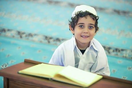 Imagem de uma criança da religião islâmica estudando