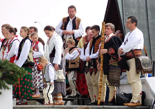 Międzynarodowa grupa górali przy ołtarzu.
