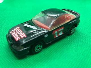 フォード マスタング GT のおんぼろミニカーを斜め前から撮影