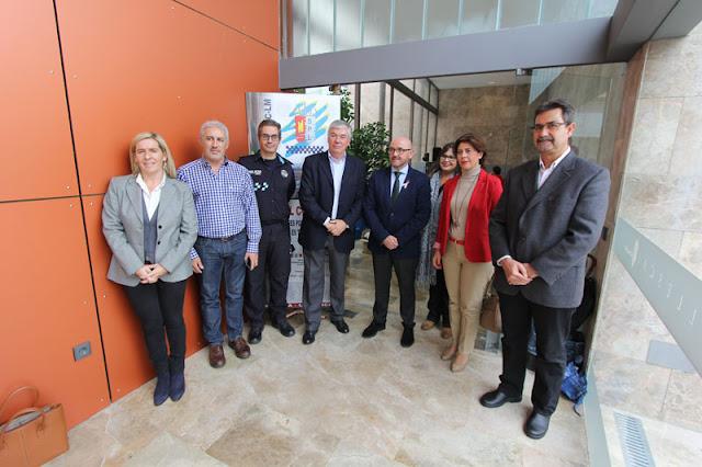 Alcalde y concejales junto a algunospolicias locales y miembros del sindicato