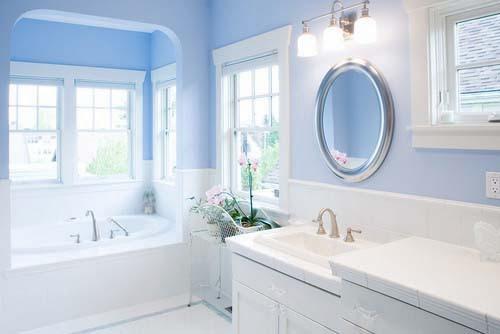Baño azul claro