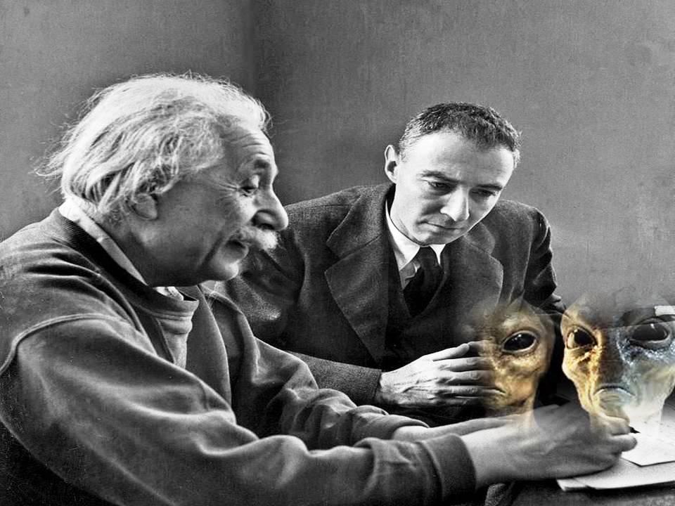 Albert Einstein y J. Robert Oppenheimer