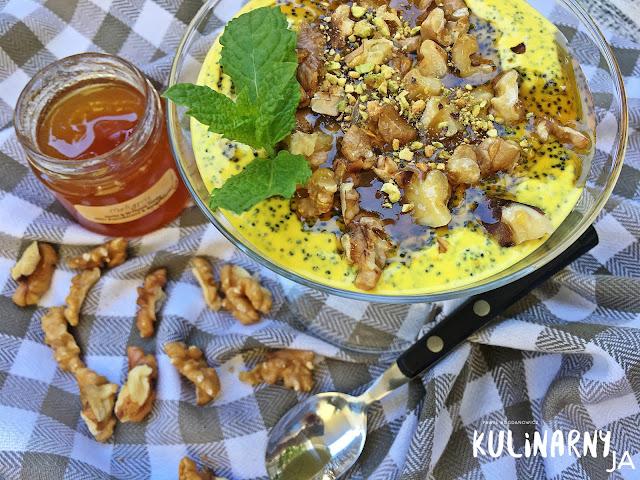 Pudding na jogurcie greckim z makiem, szafranem i orzechami