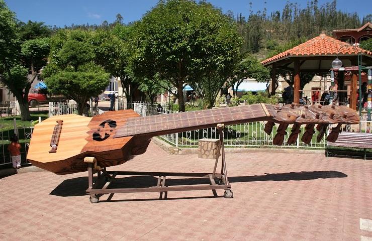 chuquisaca atractivos turisticos villa serrano el charango mas grande del mundo