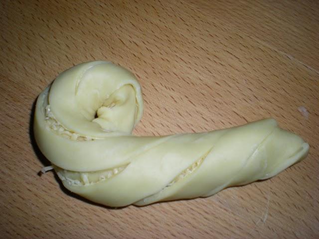 بريوش تركي على شكل وردة محشي بالجبن