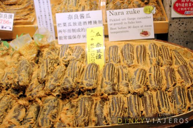 Pepinos encurtidos en el Nishiki Food Market