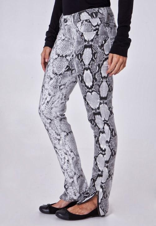 05631d312 Calça Jeans Sawary Skinny Habitat cobra, modelagem ajustada, cós regular e  five pockets, sendo os bolsos frontais falsos. Apresenta detalhe de zíper  ...