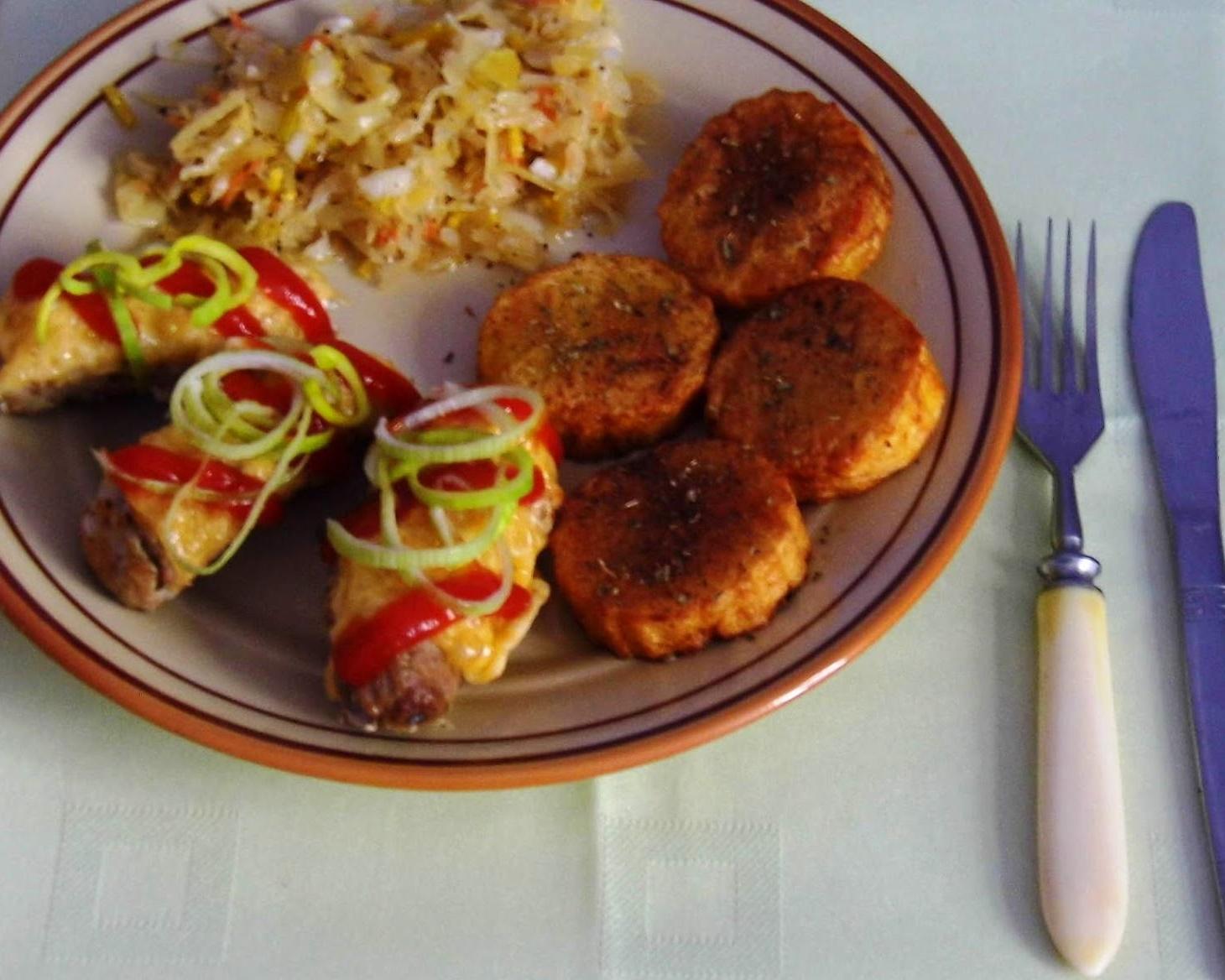 Roladki wieprzowe z przyprawami,fondantami ziemniaczanymi oraz surówką- rodzinne jedzenie :)