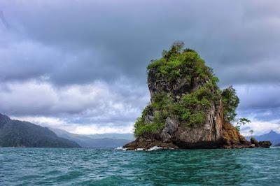 Apa kau tahu bila di kota Trenggalek terdapat sebuah pantai keren  Wisata Indah Info Pantai Pasir Putih Karanggongso Trenggalek, HTM, Rute, Lokasi dan Fasilitas