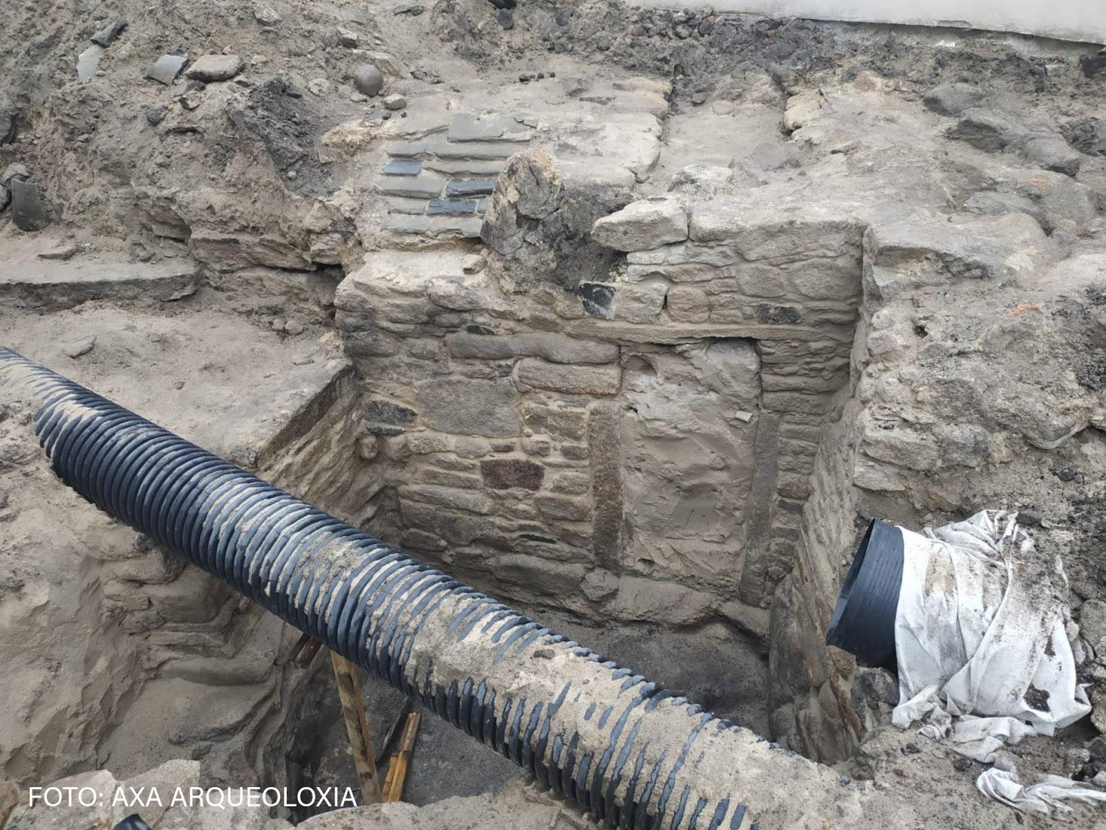 Parte de la estructura que ha aflorado durante unas obras de saneamiento en A Atalaia (San Cibrao, municipio lucense de Cervo). Foto: AXA ARQUEOLOXÍA