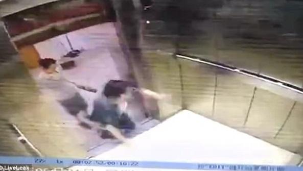 [VIDEO] Leka Dengan Telefon Bimbit, Perempuan Ini Hilang Kaki Kanan Tersepit Pintu Lif Yang Rosak