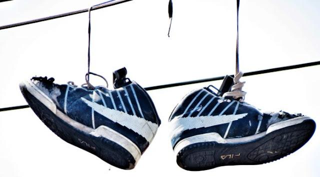 Sabes qué significado tienen los zapatos colgando del tendido eléctrico? tus hijos si que lo saben!