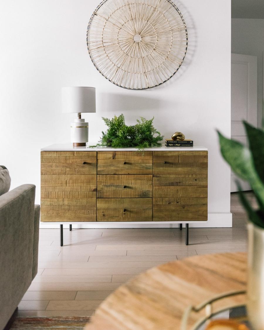 Prosty apartament w klimacie feng shui, wystrój wnętrz, wnętrza, urządzanie domu, dekoracje wnętrz, aranżacja wnętrz, inspiracje wnętrz,interior design , dom i wnętrze, aranżacja mieszkania, modne wnętrza, naturalne materiały, minimalizm, rośliny, białe wnętrza, salon, living room, sofa, kanapa, narożnik, stolik kawowy, stolik pień, komoda
