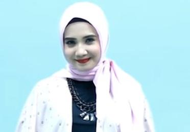 Hijab Segitiga Ala Zaskia Sungkar