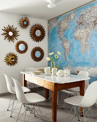decoración pared de comedor con mapas