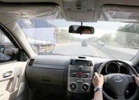 cara-menyalip-mendahului-kendaraan-mobil-dengan-benar-dan-aman