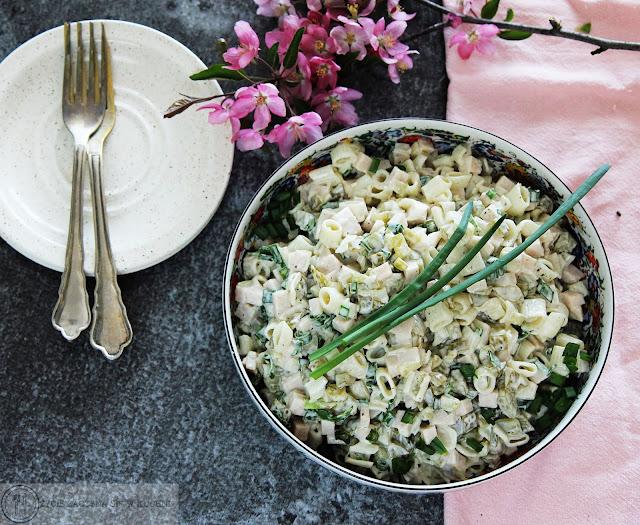 Sałatka z szynki konserwowej, ogórka kiszonego i makaronu