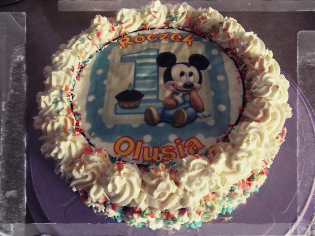 tort urodzinowy na roczek z myszka micke oplatek na tort bita smietana malinowy