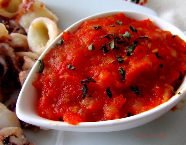 Ensalada, calamares, y salsa de tomate griegos