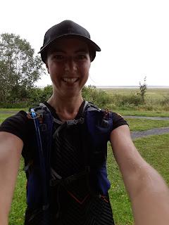 Coureuse souriante, chandail officiel Club de Trail Montréal, Rimouski, rivage