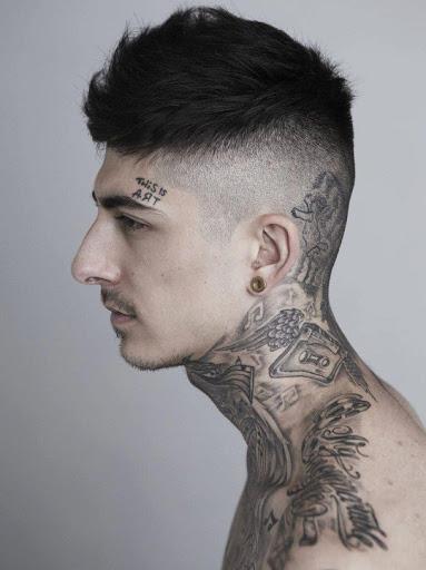 Tatuagem no pescoço criativa