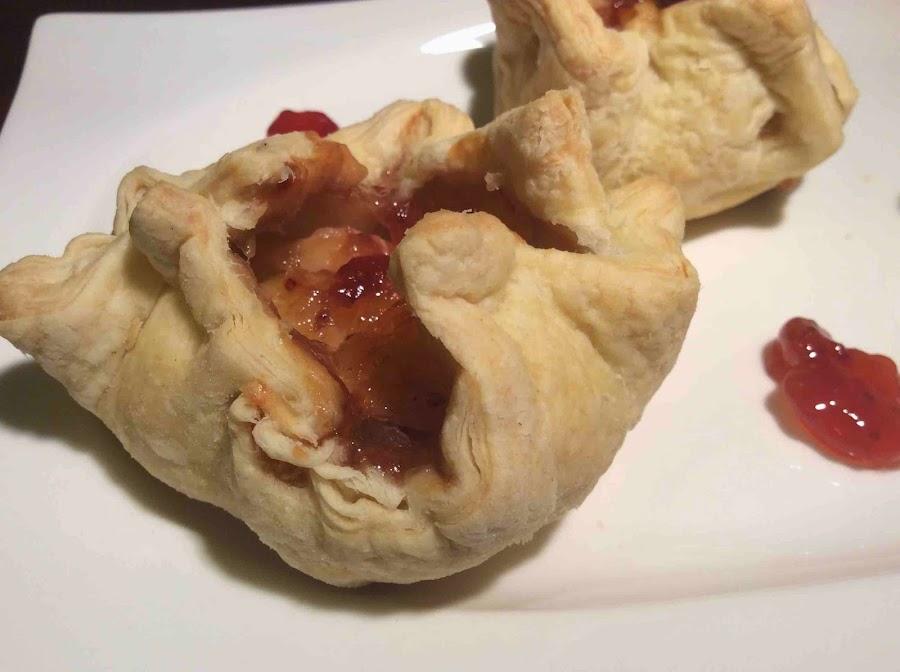 Sugerencia de presentación de Hojaldre de Queso Brie y Mermelada de Fresa