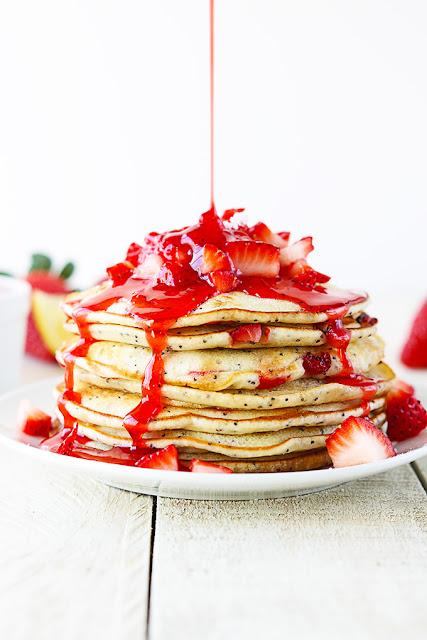 Pancakes de fresa y limón con semillas de amapola. Strawberry lemon poppyseed pancakes