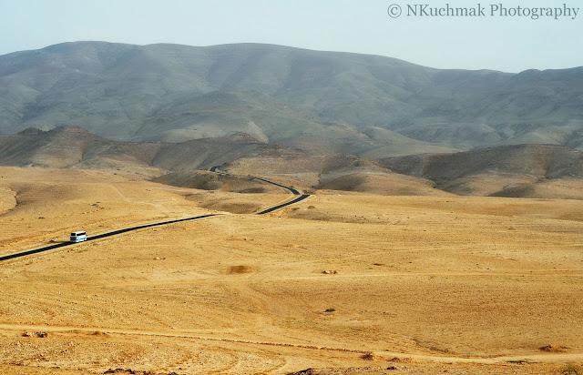 Carretera serpenteando por el desierto