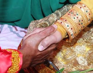 Tips Malam Pertama, Memanjakan suami  dan Hukum Mencampur Pakaian Yang Bernajis dalam Islam.