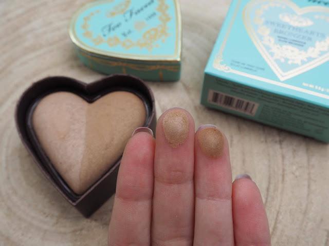 Cet article est une revue du bronzer Sweet Heart Bronzer dans la teinte Sweet Tea par Too Faced, article écrit par clowy il y aussi les swatchs